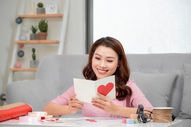 Linda mulher romântica fazendo um presente para o casal