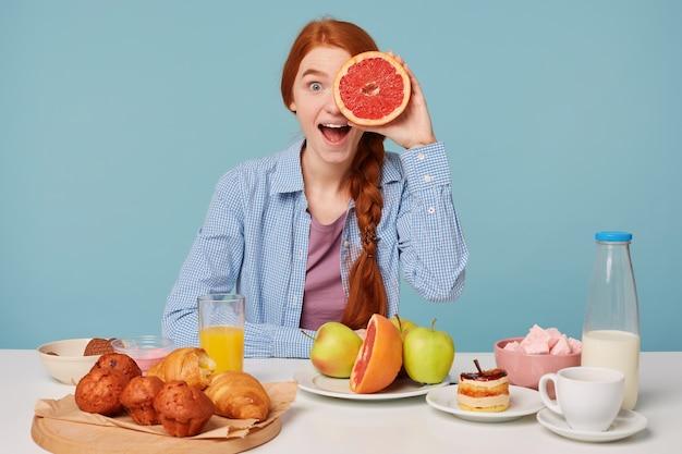 Linda mulher ruiva com comida saudável