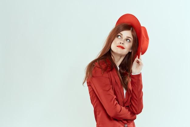Linda mulher ruiva de terno e chapéu vermelho