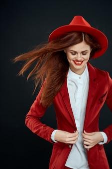Linda mulher ruiva em um terno e chapéu vermelho, imagem elegante escritório