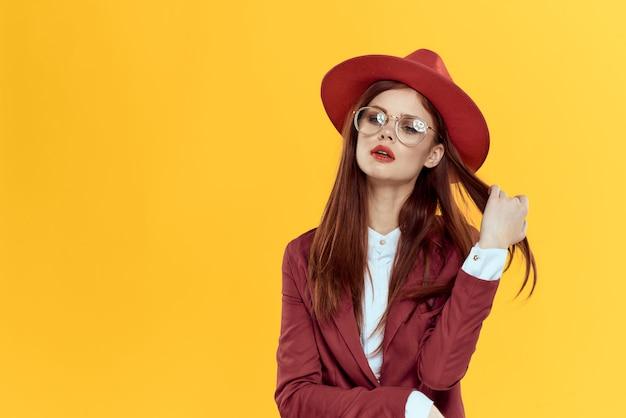 Linda mulher ruiva em um terno e chapéu vermelho
