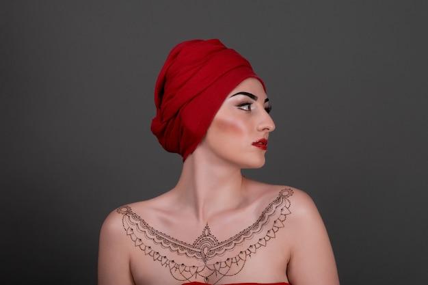 Linda mulher se importa com o pescoço de pele - posando no estúdio isolado na cinza