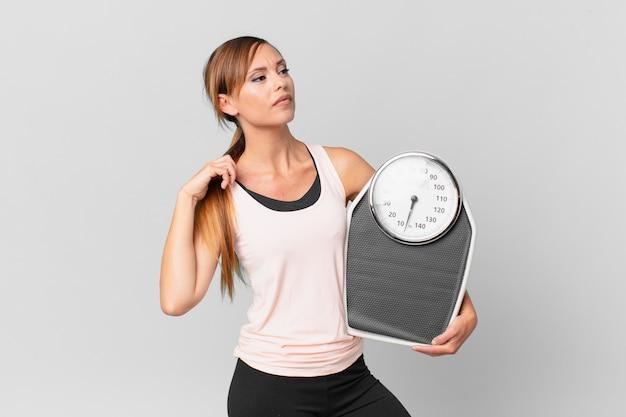 Linda mulher se sentindo estressada, ansiosa, cansada e frustrada. conceito de dieta