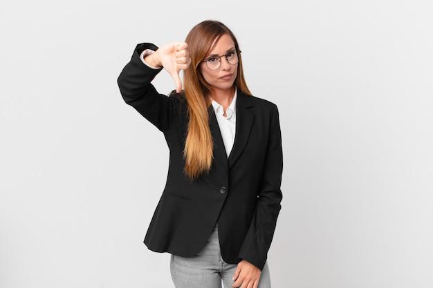Linda mulher se sentindo zangada, mostrando os polegares para baixo. conceito de negócios