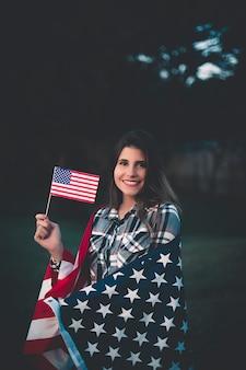 Linda mulher segurando bandeira americana - imagem
