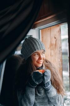 Linda mulher segurando e bebendo uma xícara de café