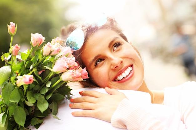Linda mulher segurando flores e abraçando um homem