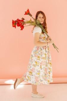 Linda mulher segurando flores
