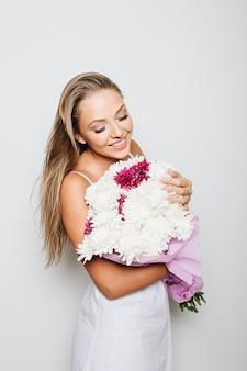 Linda mulher segurando ramo de flores