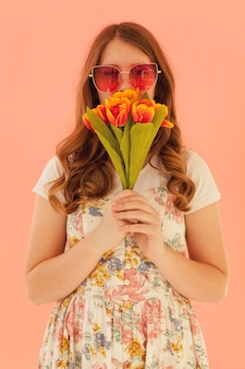 Linda mulher segurando tulipas vista frontal