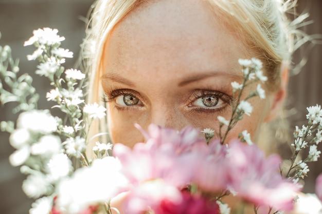 Linda mulher segurando um buquê de flores