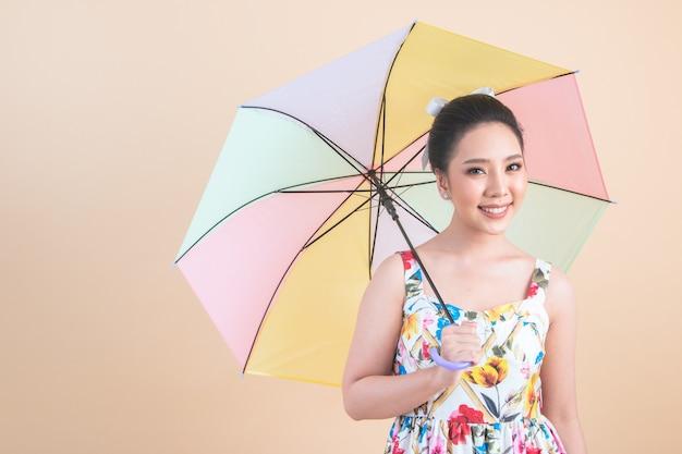 Linda mulher segurando um guarda-chuva