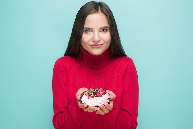 Linda mulher segurando um pequeno bolo