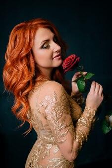 Linda mulher segurando uma flor e sorrindo