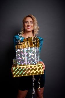 Linda mulher segurando uma pilha de presentes