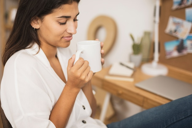 Linda mulher segurando uma xícara de café