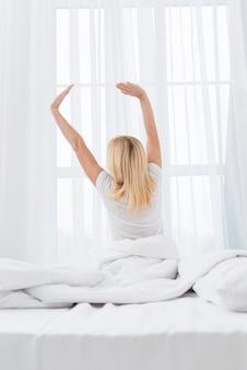 Linda mulher sênior acordando de manhã