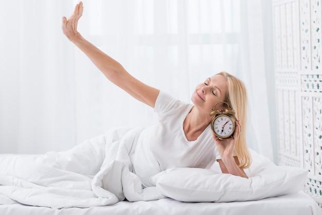 Linda mulher sênior acordando em casa