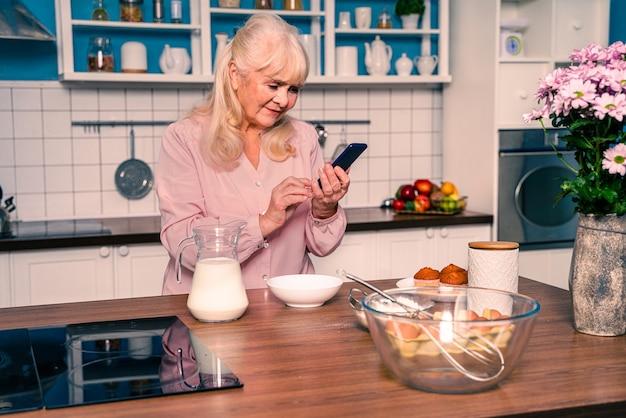 Linda mulher sênior assando na cozinha