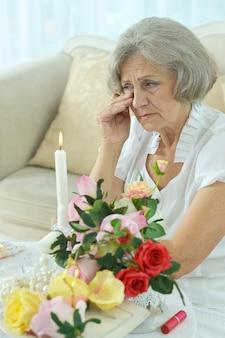 Linda mulher sênior chorando na sala
