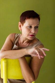 Linda mulher sênior com cabelo curto