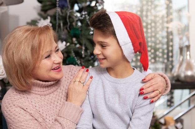 Linda mulher sênior comemorando o natal com seu neto