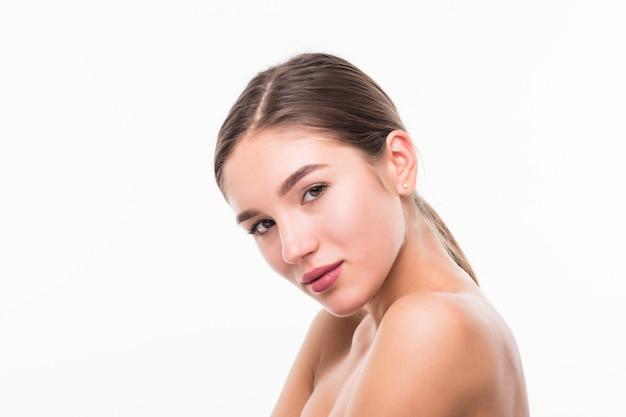 Linda mulher sensual tocando seu rosto isolado na parede branca. conceito de beleza e cuidados com a pele. spa.