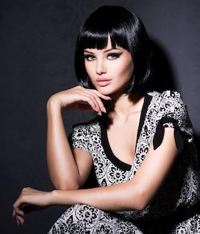 Linda mulher sexy com cabelo preto curto posando