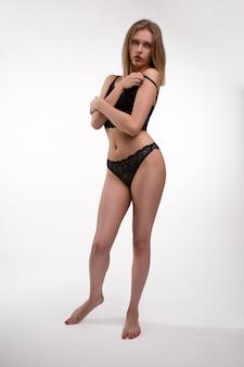 Linda mulher sexy em lingerie de renda preta