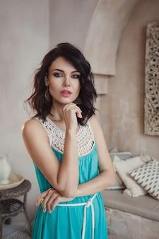 Linda mulher sexy morena cabelo estilo oriental móveis em marrocos, glamour modelo pose fashion em marakesh