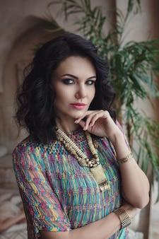 Linda mulher sexy morena cabelo estilo oriental móveis em marrocos