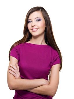 Linda mulher sorridente com cabelos castanhos compridos e lisos