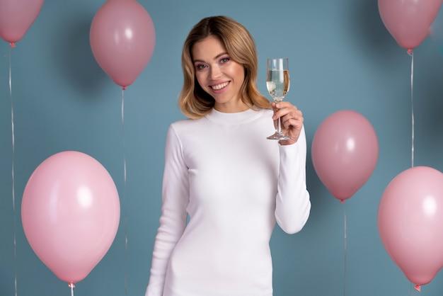 Linda mulher sorridente curtindo uma festa