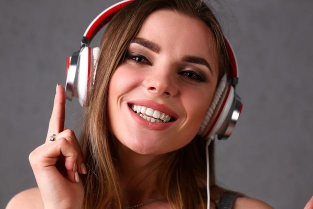 Linda mulher sorridente loira