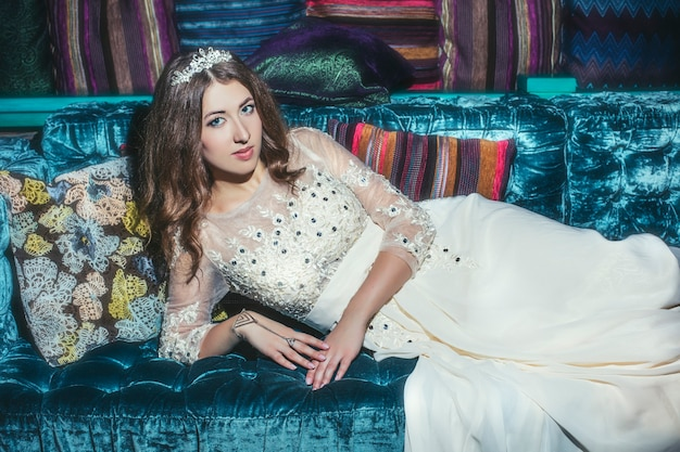 Linda mulher sultana vestido de joias tiara no estilo oriental e no interior