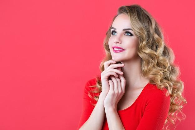 Linda mulher surpresa em vermelho. expressões faciais expressivas