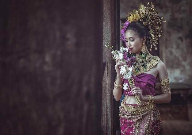 Linda mulher tailandesa no vestido tradicional tailandesa
