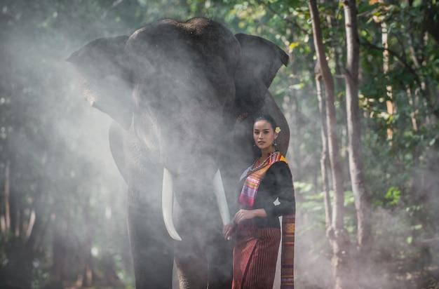 Linda mulher tailandesa passar tempo com o elefante na selva