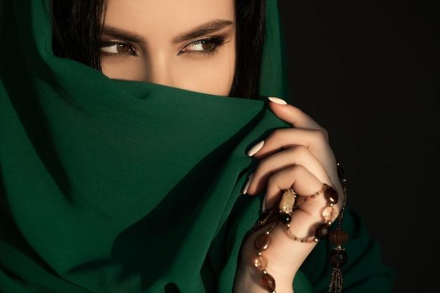Linda mulher tímida em traje tradicional