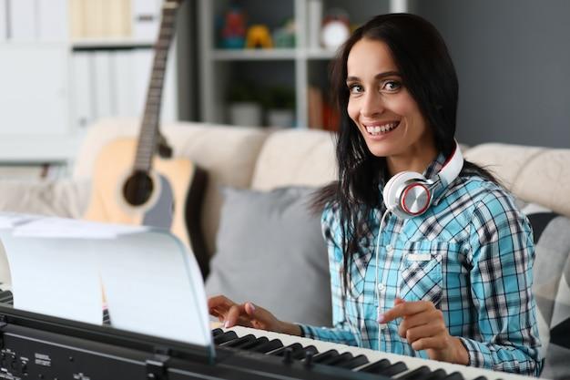 Linda mulher tocando piano em fundo