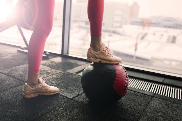 Linda mulher treinando pilates com bola na academia, fitness