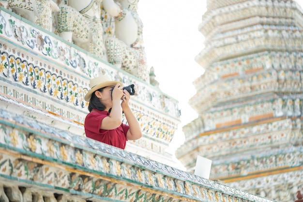 Linda mulher turista espera câmera para capturar as memórias