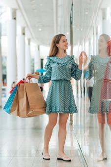 Linda mulher vai janela compras