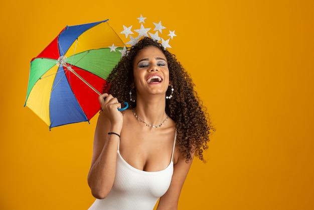 Linda mulher vestida para a noite de carnaval