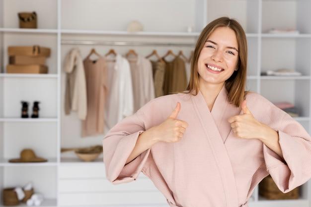 Linda mulher vestindo uma túnica rosa fofa
