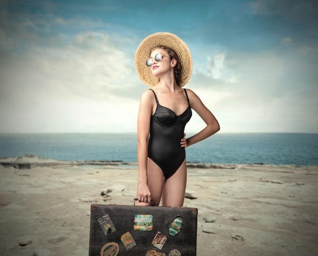 Linda mulher viajando no verão