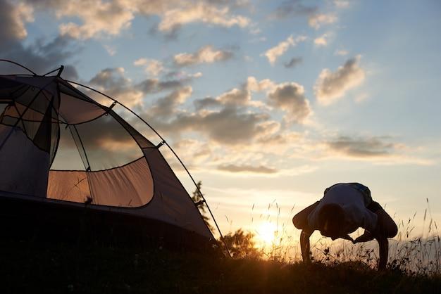 Linda noite acampar ao nascer do sol