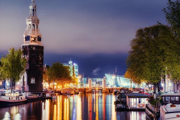 Linda noite em amsterdã. iluminação