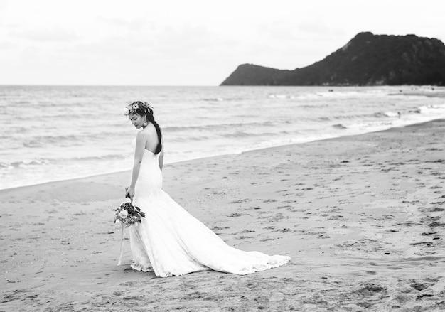 Linda noiva à beira-mar