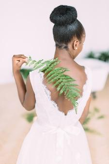 Linda noiva afro-americana com samambaia